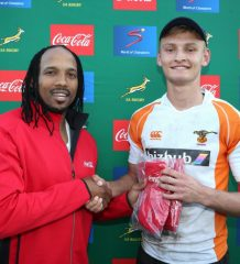Akona Ndungane of Coca-Cola presents the Hero of the Day Award to Richard Kriel of Free State