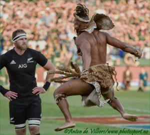DIE IMPIE'S KOM: Kieran Reid, kaptein van die All Blacks lyk verdwaas as die kryger op hom afstorm op Loftus Versveld. © ANTON DE VILLIERS